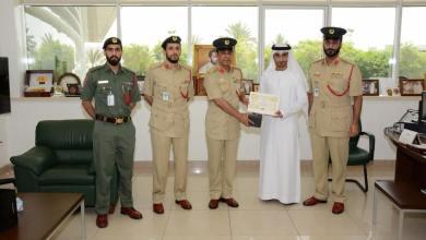 Photo of شرطة دبي تكرم مواطناً لأمانته في إعادة مال لصاحبه