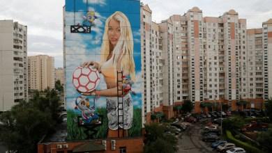 Photo of أخذ أموال موسكو لتزيينها للمونديال.. فرسم جدارية لزوجته