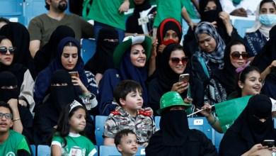 Photo of لأول مرة في السعودية.. امرأة تقود مشجعي فريق كرة قدم من المدرجات