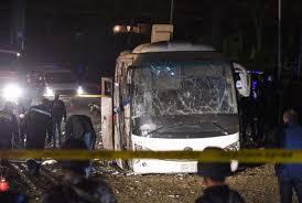 Photo of مقتل ثلاثة أشخاص بتفجير استهدف حافلة سياح قرب الأهرامات