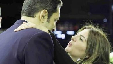 Photo of صورة لعلاء مبارك وابنة الإعلامي الراحل إبراهيم سعدة في عزائه تثير جدلا