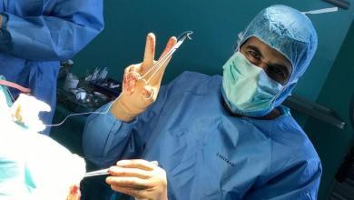 """Photo of طبيب سعودي يزيل ورماً لمريض """"واع""""!"""