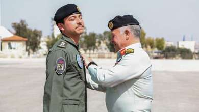 "Photo of عبدالله الثاني يقلد ولي عهده ""جناح الطيران"""