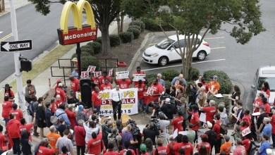"Photo of إضراب المئات من موظفي ""ماكدونالدز"" الأمريكيين احتجاجا على التحرش بهم وتدني أجورهم"