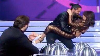 "Photo of رقصة جريئة للممثلة ديما بياعة وزوجها في برنامج ""اكلناها""- (فيديو)"