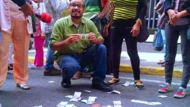 Photo of شاهد التضخم 10 ملايين% بفنزويلا والعملة مرمية في الشارع