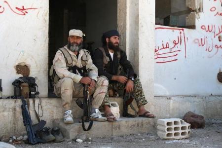 مقاتلان من المعارضة المسلحة في القنيطرة بسوريا يوم 11 سبتمبر ايلول 2016. تصوير:  علاء الفقير - رويترز