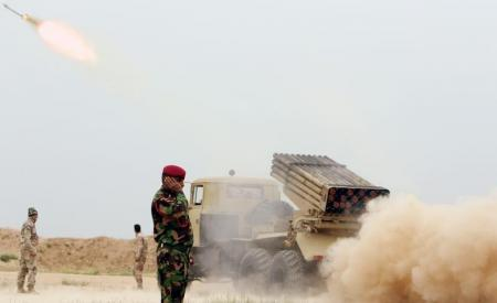 جنود عراقيون يطلقون صاروخا تجاه مقاتلي تنظيم الدولة الاسلامية بالقرب من الموصل في صورة بتاريخ 25 مارس اذار 2016. تصوير: ازاد لاشكاري - رويترز.