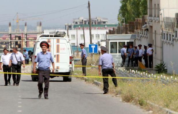 محققون من الشرطة القرغيزية قرب السفارة الصينية في بشكك، قرغيزستان بعد التفجير في 30 آب - أغسطس 2016