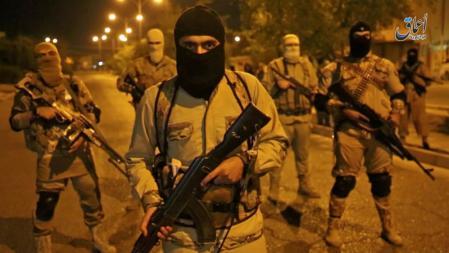 صورة من مقطع فيديو لتنظيم الدولة الإسلامية تظهر مقاتلين من التنظيم في الموصل بشمال العراق يوم 18 أكتوير تشرين الأول 2016 - رويترز