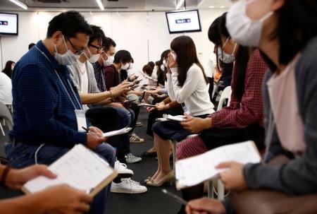 اليابانيون يرتدون كمامات طبية في جلسات المواعدة السريعة