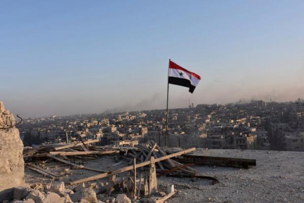 العلم السوري مرفوعاً في حي الصاخور في شرق حلب