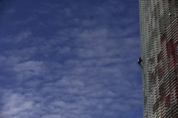 الفرنسي ألان روبير أثناء تسلقه ناطحة سحاب في برشلونة يوم الجمعة. الصورة لوكالة اسوشيتد برس