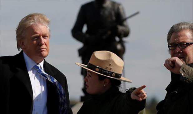 بانون (يمين) برفقة ترامب أثناء جولة بأحد المتنزهات بولاية بنسلفانيا (رويترز)