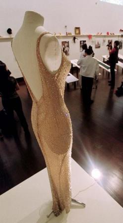 الثوب الذي ارتدته مارلين مونرو  في عيد ميلاد الرئيس الأمريكي جون كنيدي عام 1962 معروض في دار كريستي للمزادات في نيويورك - أرشيف رويترز