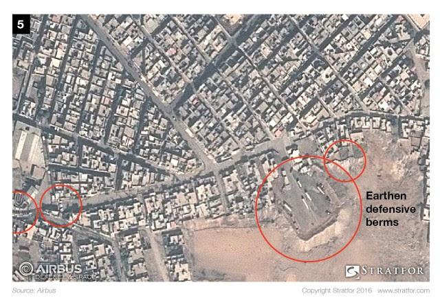 """صور الأقمار الصناعية تكشف أن """"داعش"""" يقيم خطاً دفاعياً في قلب الموصل"""