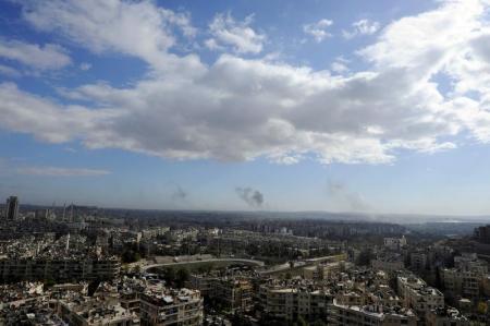 منظر عام يظهر تصاعد أعمدة دخان بعد ضربات في حلب يوم السبت. تصوير: عمر صناديقي - رويترز.