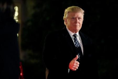 دونالد ترامب لدى حضوره حفلا تنكريا في نيويورك يوم السبت - رويترز