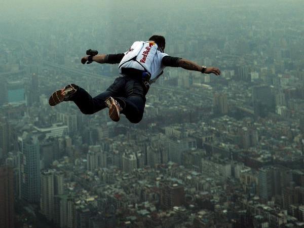 مغامر بريطاني يعتزم القفز الحر من ارتفاع 42 ألف قدم