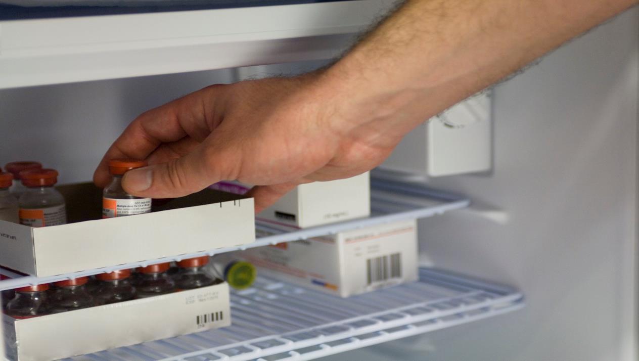 هل حفظ الأدوية في الثلاجة فعل صحيح أم خطأ متوارث؟