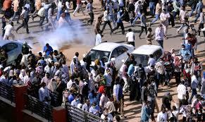 شهود: قوات الأمن السودانية تطلق الغاز المسيل للدموع على محتجين في الخرطوم