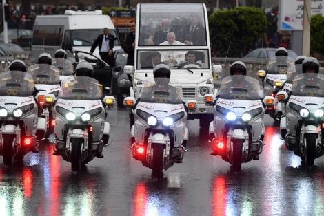 المغاربة يحيّون الملك محمد السادس وبابا الفاتيكان في شوارع سلا والرباط