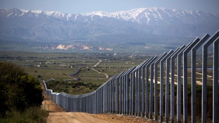 معاريف: تراكم إشارات إلى أن إسرائيل تبنت مفهوماً هجومياً بشأن إبعاد البنية التحتية العسكرية لحزب الله من منطقة الحدود مع سورية