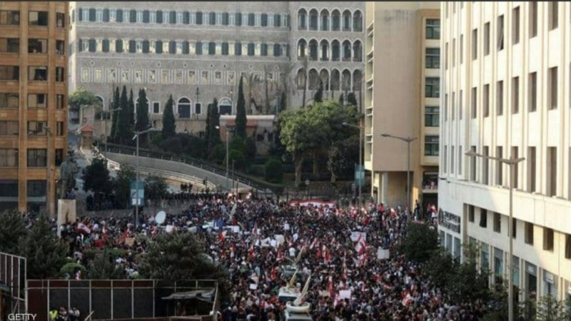 المتظاهرون يتدفقون على شوارع لبنان لليوم الثالث