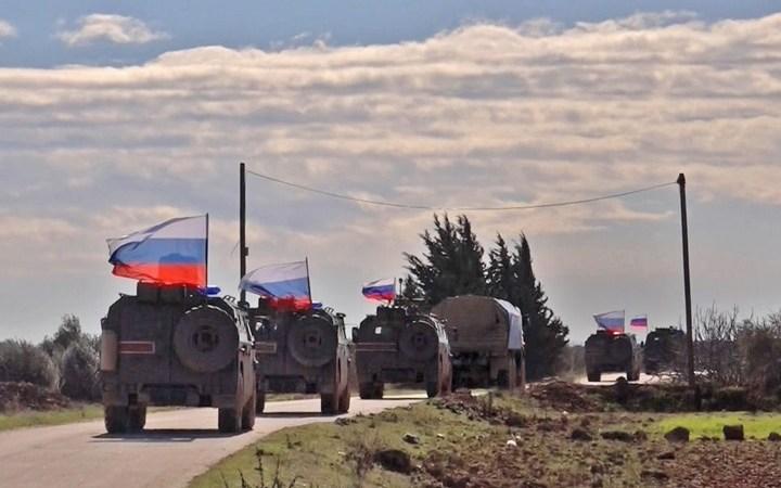 """روسيا: تعزيزات عسكرية إلى سوريا.. و""""قسد"""" تبدأ الانسحاب"""