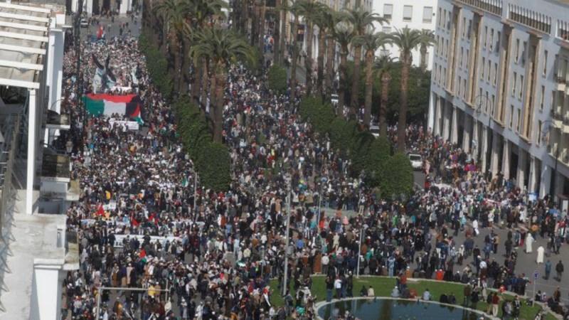 آلاف المغاربة يتظاهرون في الرباط رفضا لخطة السلام الأمريكية