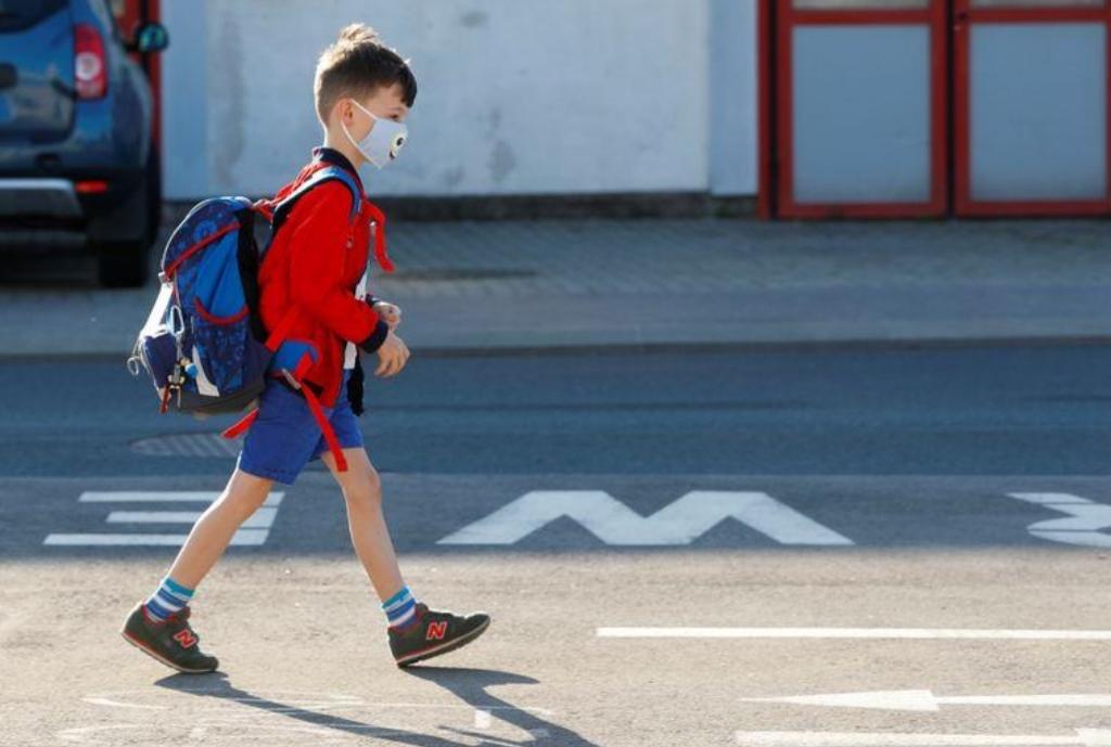 هل ينقل الأطفال مرض كوفيد-19؟ وما المخاطر في ضوء عودة الدراسة؟