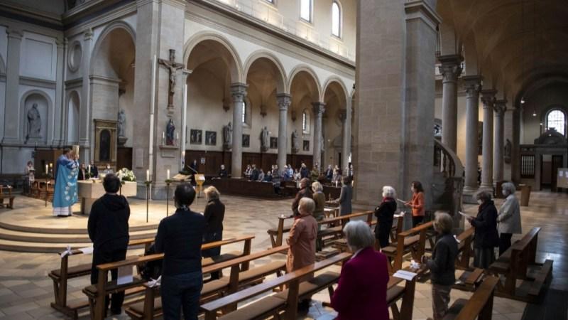 """""""نيويورك تايمز"""": مطالبات بفتح دور العبادة في أوروبا والشرق الأوسط برغم مخاطر الوباء"""