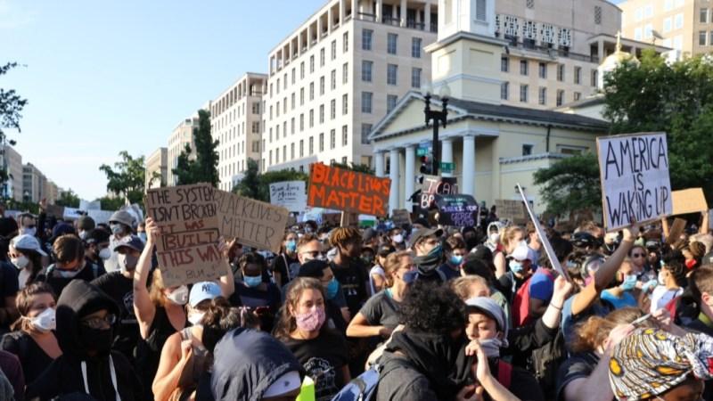 """""""نيويورك تايمز"""": الاحتجاجات تحتل إعلانات فيسبوك بملايين الدولارات"""