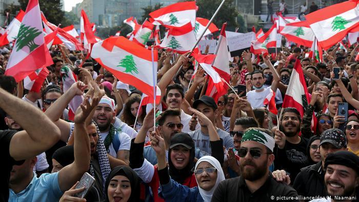 مئات اللبنانيين يستأنفون الاحتجاجات المناهضة للحكومة مع تخفيف قيود كورونا