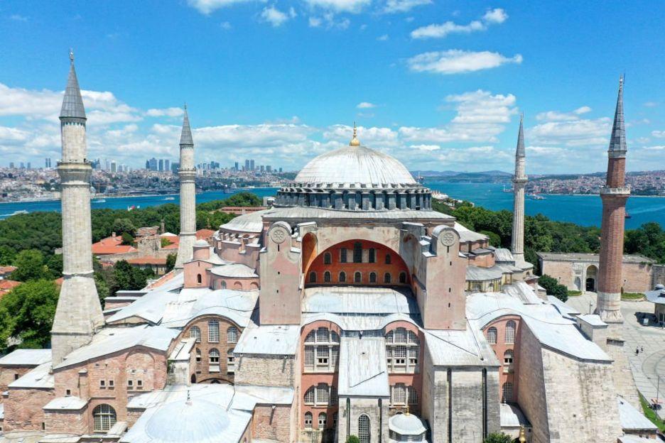 آيا صوفيا: ما هي قصة الكنيسة/المسجد التي أثارت ردوداً عالمية واسعة؟
