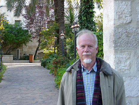 أوري ديفيس .. من مواطن من أصل يهودي إلى مناضل فلسطيني فتحاوي ومسلم مناهض للصهيونية