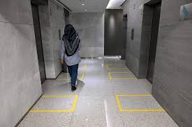 كيف تتجنب الإصابة بكورونا عند استخدامك للمصعد؟
