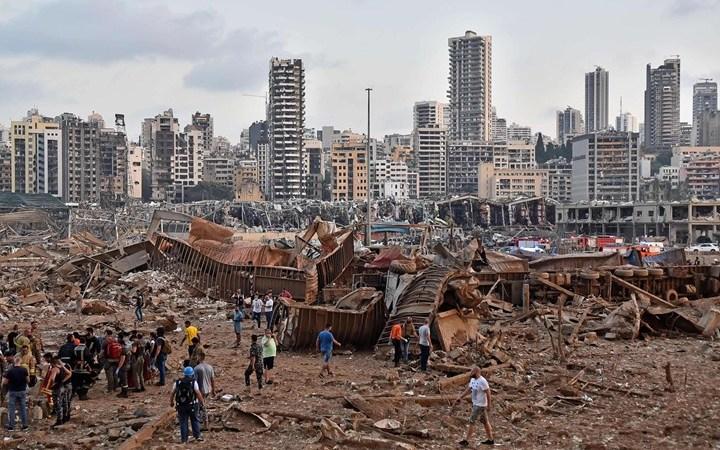 بعد انفجار المرفأ.. سفينة لبنان تنجرف نحو الصخور