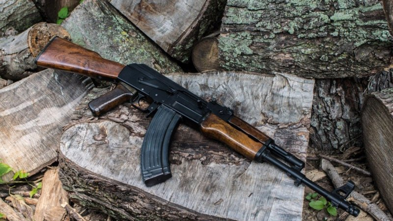 """ما هي أفضل بندقية في العالم.. """"كلاشينكوف"""" الروسية أو """"أم 16"""" الأميركية؟"""