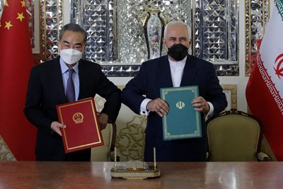 """""""ميدل إيست آي"""": الاتفاقية الإيرانية الصينية ورقة استراتيجية لمواجهة الهيمنة الأميركية"""