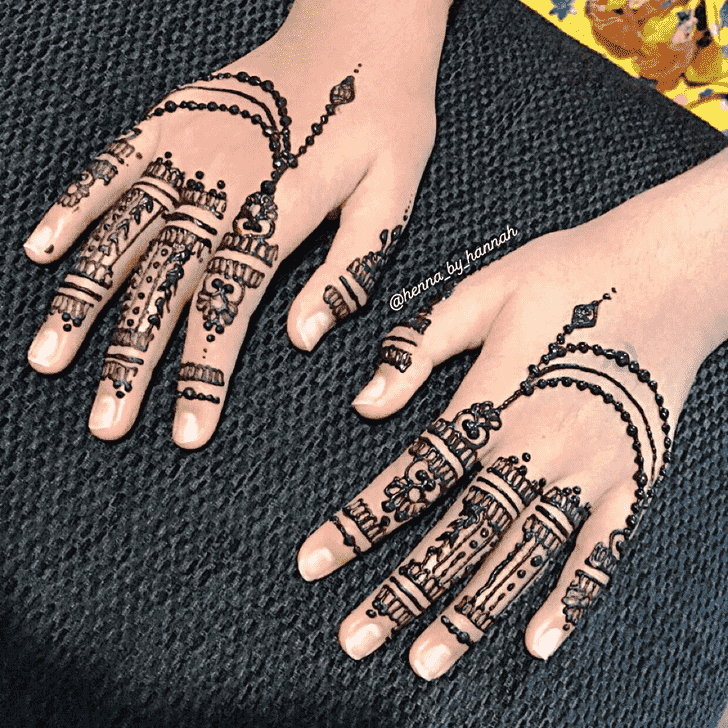Classy Chain Henna Design