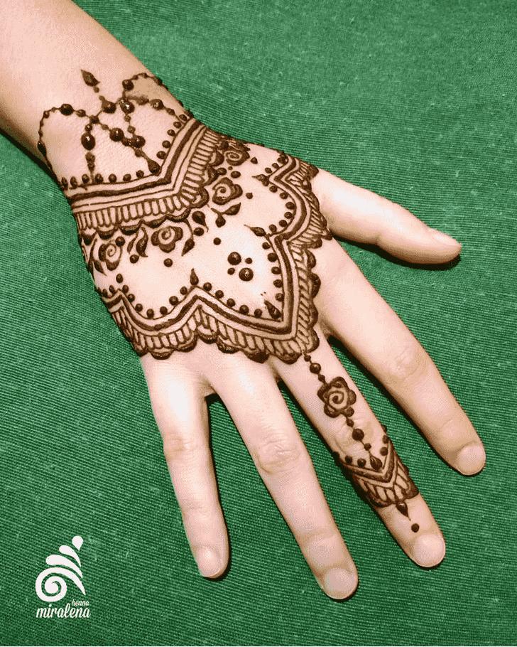 Bewitching Finger Henna design