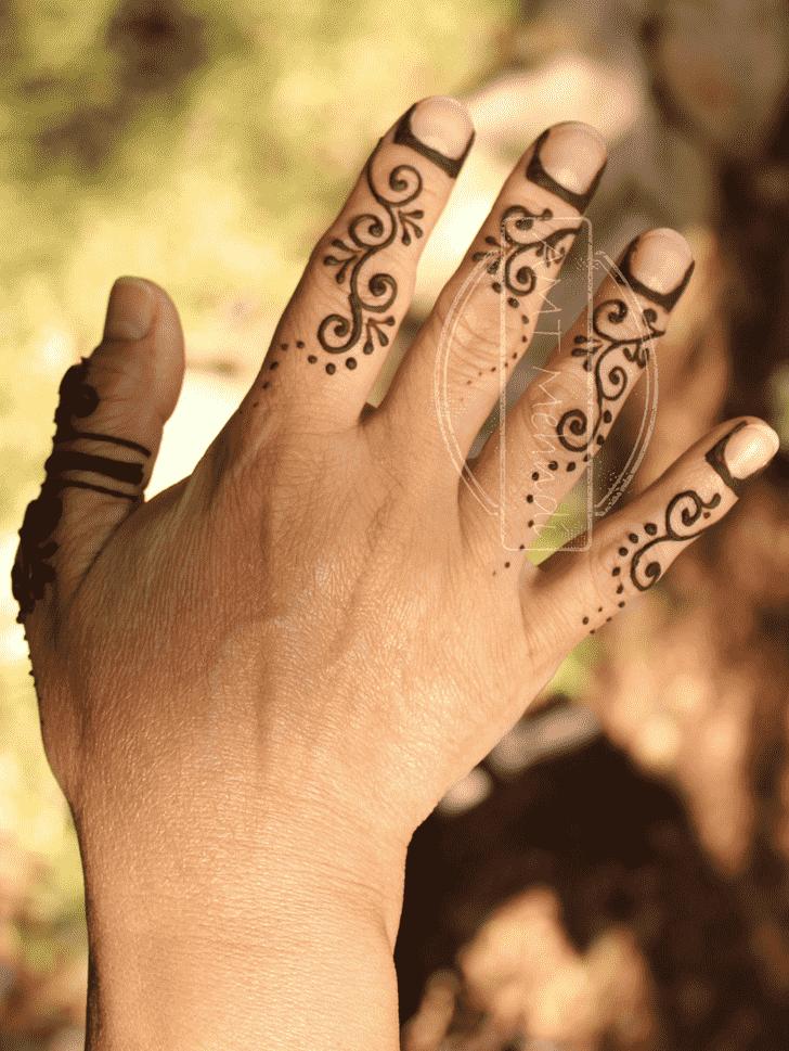 Mesmeric Finger Henna design