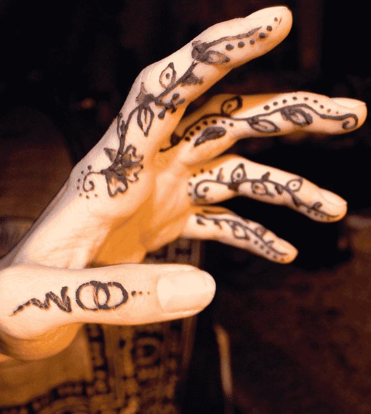 Resplendent Finger Henna design