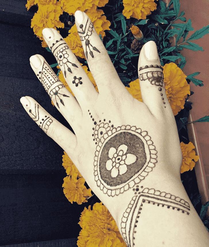 Delicate Gol Tikki Henna Design