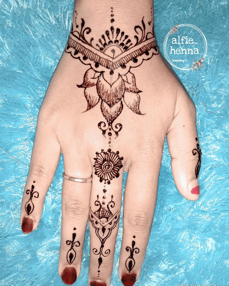 Shapely Sargodha Henna Design