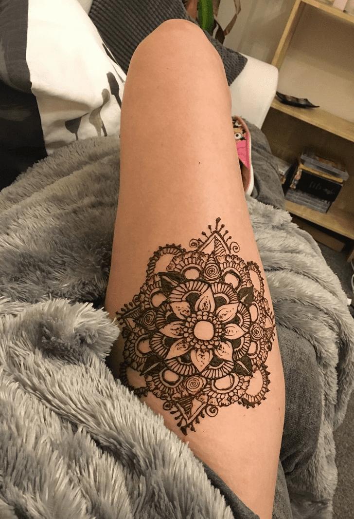 Statuesque Thigh Henna Design
