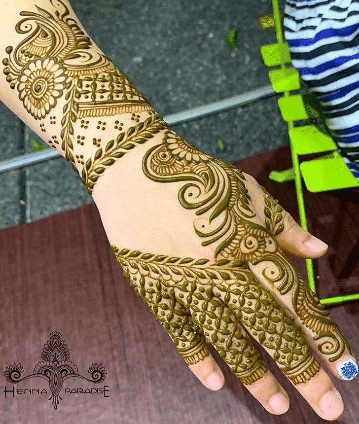 Shapely Vat Purnima Henna Design