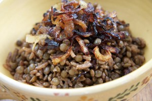 Cucina libanese mudardara riso lenticchie in