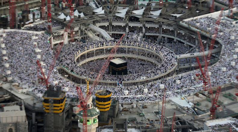 crolla gru su grande moschea arabia saudita